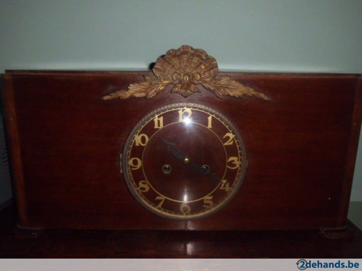 antieke klok werkend met sleutel