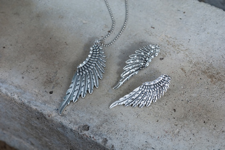 Swan Feather  Veren zijn nog steeds een belangrijk detail in de  mode van nu. De opvallende sieraden uit de Swan Feather serie bevatten decoratieve items die goed samengaan met kleurrijke accenten of lekker stoer matchen met beige tinten.