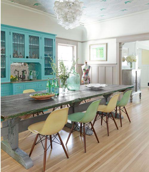 Salle à manger bleu et vert pâle avec chaises Eames, trestle table