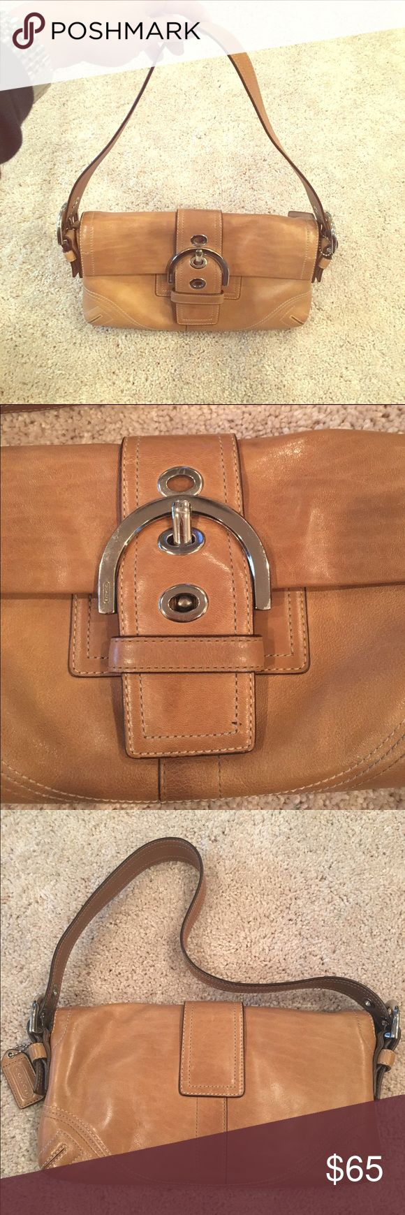 Tan Coach Clutch LIKE NEW! Tan leather Coach purse. Looks brand new! From a smoke free home. Matches so many outfits! Perfect for all year... Just trying to make more space in my closet 💕 Need more pictures or have questions? Just ask!👍🏼 Always try an offer! Coach Bags Shoulder Bags