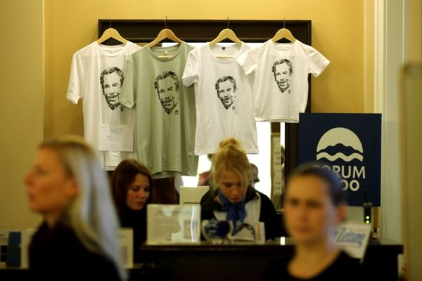 Podpořte nás koupí trička či placky :: Forum 2000