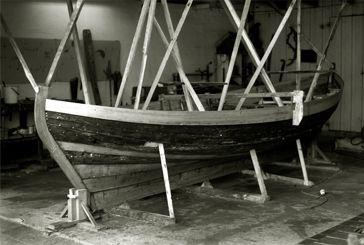Nyhamns Såg och Båtbyggeri - Renoveringar. En renoverad båt blir något annat än en nybyggd, oavsett hur mycket man byter ut. Den gamla båtens historia och själ finns alltid kvar efter renoveringen och ger den färdiga båten en helt egen karaktär. Även en förfallen träbåt kan få ett andra liv och det finns inga gränser för vilka renoveringsarbeten vi åtar oss. Naturligtvis har vi samma höga kvalitetskrav på virke och konstruktion när vi renoverar, som när vi bygger nytt.