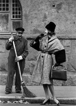 Caj Bremer. Balayeur de rue et modèle, photographie de mode, Salon Ika, Helsinki, 1958 Finland