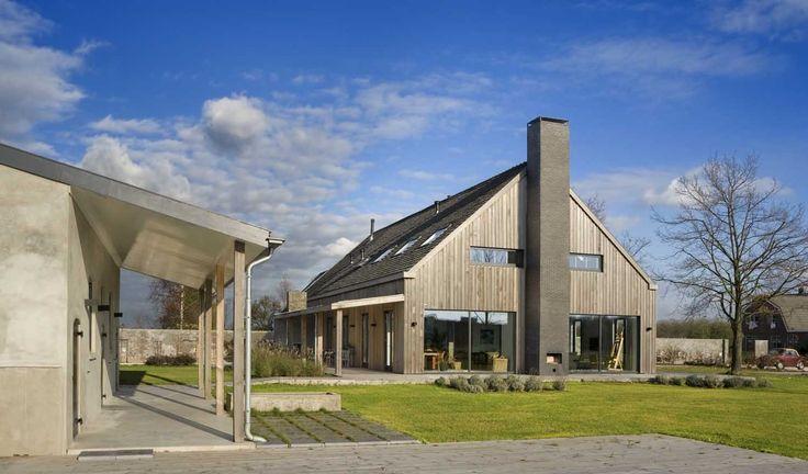 Voor dit project is een oude boerenschuur verbouwd tot een luxe woonhuis. De noord-zuid georiënteerde schuur bestaat uit lage wanden met daarop een groot zadeldak. De flinke houten spanten bepalen binnen het beeld. De schuur …
