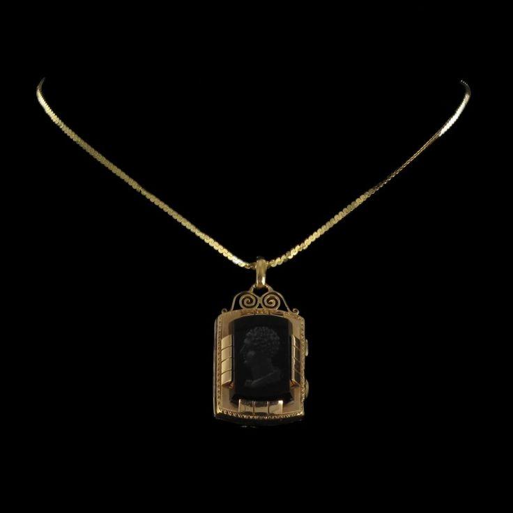 Médaillon intaille sur sardoine et or jaune. L'intaille centrale est superbe et d'une grande précision pour un bijou raffiné.