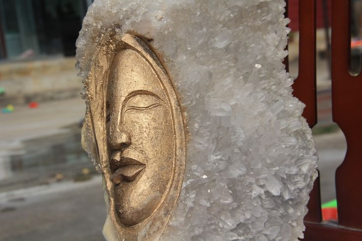 Specimens of Tibet's natural quartz crystal carving emirates golden head South America (painted golden paint)