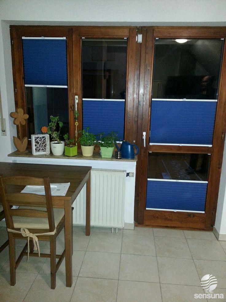 die montage ist auch an holzrahmen kein problem farbige plissee rollos als sicht und. Black Bedroom Furniture Sets. Home Design Ideas