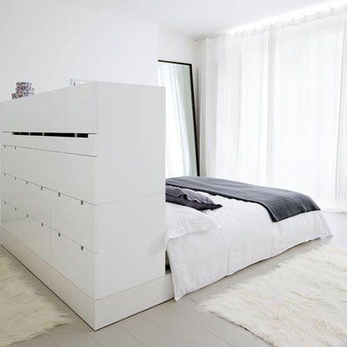 Heb je een lange smalle slaapkamer? Maak met een kast als scheiding een inloopkast.