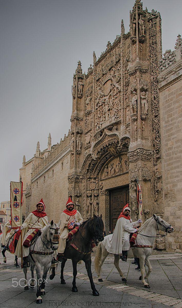 Pregoneros2 - Pregoneros del sermón de las siete palabras pasando por la fachada del museo de escultura de Valladolid