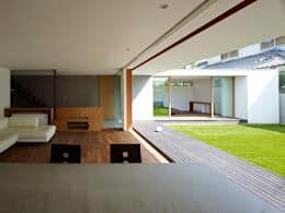 ゆるやかにつながる内部と外部!庭とデッキテラスが一体化した開放的な住まい