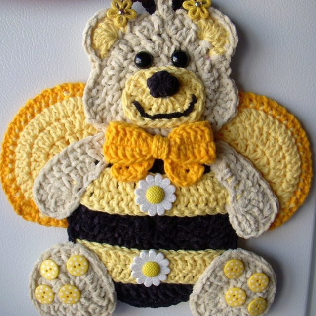 Crochet bee, wall hanging, my own design, by Jerre Lollman