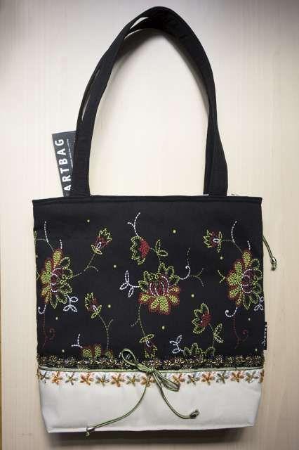 Fekete alapon színes virágmintákkal nyomott nõi táska, gyöngyös díszítéssel