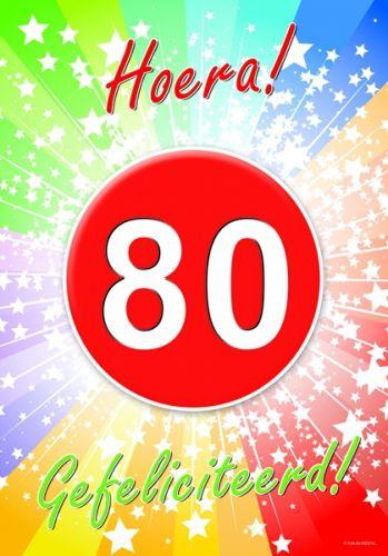 80 jaar deurposter A2 formaat 59 x 42 cm. Deurposter 80 jaar met de tekst: Hoera gefeliciteerd. Deze poster kunt u op het raam of op de deur hangen.
