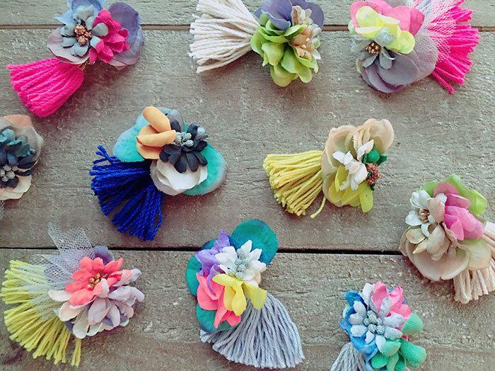 布やタッセルなどでできたイロトリドリのお花のアクセサリーたち。 ひとつひとつ丁寧につくられています。