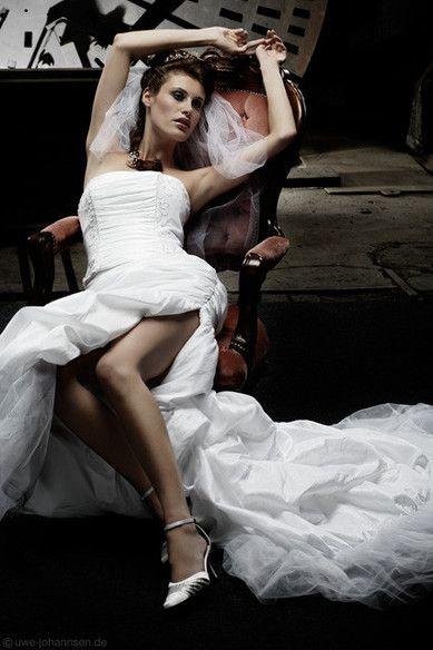 Sexy Brautmode. Schneeweißes Brautkleid mit sexy Beinausschnitt von Lucardis Feist.