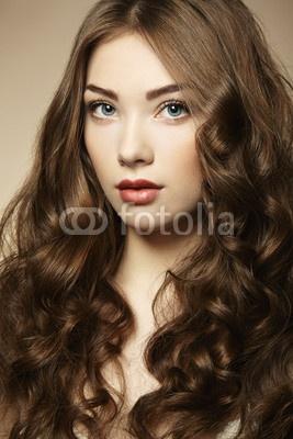 Fototapeta portrét mladé krásné ženy s kudrnatými vlasy - adult – PIXERS