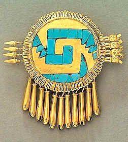 Pectoral de Yanhuitlán, también conocida como Chimalli de Yanhuitlán, fue localizada en Yanhuitlán, localidad de la Mixteca Alta oaxaqueña.  Museo Nacional de Antropología de Ciudad México. El disco está rodeado por  filigrana que simula plumas. En la parte inferior del escudo se encuentran 11  cascabeles y, detrás de él, un haz de cuatro flechas. Simbolizmo, el Sol era considerado como un guerrero los rayos eran como sus armas y recibían el nombre de serpiente de turquesa (Xiuhcóatl). mcba.