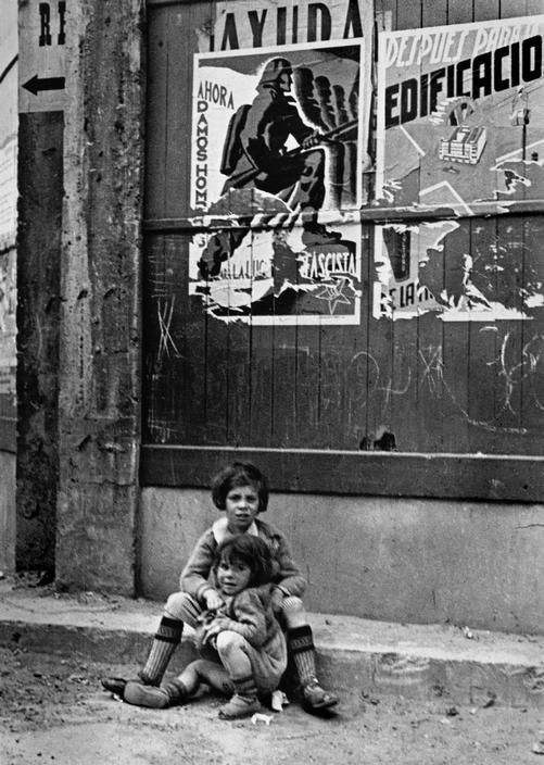 Robert CAPA :: Two children left to their fate. Bilbao, Spain, May 1937