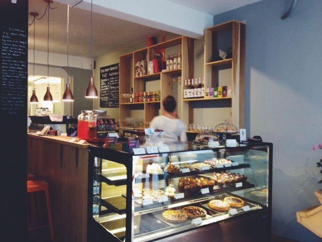 HEMELS | Deze patisserie is hét adres in Arnhem voor patisserie , goede koffies, ontbijt , lunch en borrel. Alles uit eigen keuken en met liefde gemaakt! Begin hier je dag goed met een heerlijk ontbijt..en het maakt niet uit heo laat je komt! Hier wordt het ontbijt de hele dag door geserveerd, simpelweg 'omdat het altijd wel ergens in de wereld ochtend is'. Ook voor de lunch, high tea of snack kun je hier terecht. | Kerkstraat 3 (7 straatjes), Arnhem  6811 DL