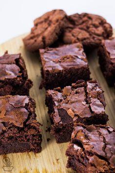 Brownie-de-cookie Comece derretendo 200g de chocolate amargo junto com 100g de manteiga. misture a esse creme 1 xícara de açúcar, 2 ovos inteiros + 1 gema e 1 xícara de farinha de trigo até que forme uma massa grossa e uniforme. por último, misture delicadamente 100g de cookies de chocolate picados e transfira sua massa para uma travessa de aproximadamente 15x25cm forrada com papel manteiga.