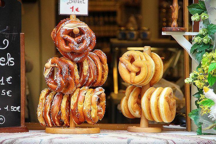 Quando il turista medio pensa alla cucina tedesca, pensa automaticamente ad enormi boccali di birra e alla salsiccia. Mentre questi sono una chiave di volta dell'identità culinaria della Germania, ci sono così tanti alimenti deliziosi e bevande che vengono proposti.  Per saperne di più>> https://pg.world/ita/articles/a_gastronomic_journey_through_germany