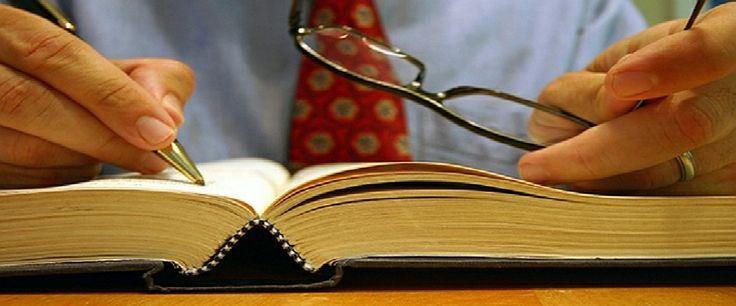 Diferencia entre Juez y Notario    ¿Cual es la diferencia entre el oficio de un Notario y el Oficio de un Juez?            El juez atiende los pleitos que tienen entre sí, dos o más personas.        El Notario atiende una solicitud acompañada de unos documentos, para hacer una diligencia, como autenticación, y para tramitar un caso que no tiene controversia o discusión, como un divorcio de común acuerdo, una compraventa inmobiliaria o una sucesión.
