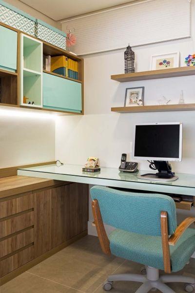 Home office ocupando cada cantinho. Amei os nichos ali em cima. Vem ver o apê no blog. #achadosdedecoração #homeoffice