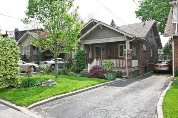 Toronto - Birch Cliff Village Beautiful classic 3 bedroom home situated on one of the prettiest streets in Birch Cliff.