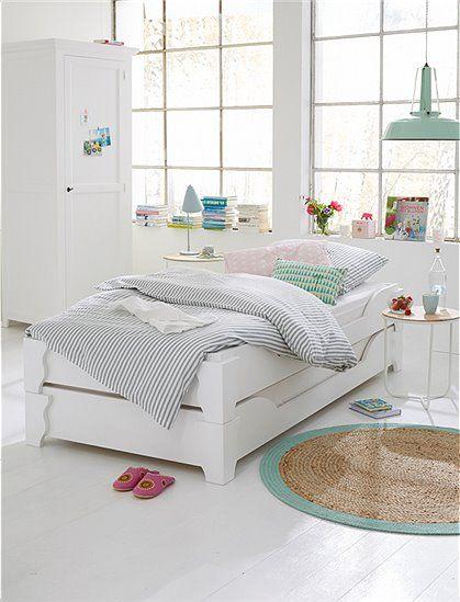 Hochstapler! Das gelungene Stapelbett für Gäste, aus weiß lackiertem, massivem Erlenholz, macht die Übernachtung zum vergnügen.