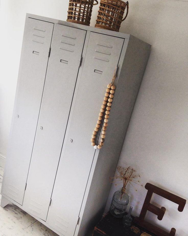 Oude kasten opknappen blijft een van mijn favoriete bezigheden. Jammer dat ik er de laatste tijd zo weinig tijd voor vrij kan maken. Gelukkig kan ik iedere dag weer genieten van deze kast in onze slaapkamer.... #inrichting #woondecoratie #wonen #simpelenpuur #workshops #webshop #home #interior #scandinavischwonen #scandinavisch #lockers #bedroom #slaapkamer #diy #krijtverf #decolifestyle interieur #homesweethome #handmade