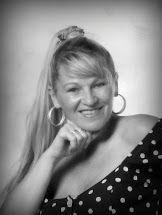 Ilona Éva ist eine namhafte ungarische Tarot-Trainerin, sie unterrichtet seit 1999 an der Freien Universität für Feenausbildung und Esoterik, und ist derzeit die leitende Sibylle der Royal Wahrsagestätte. www.tarotakademia.hu