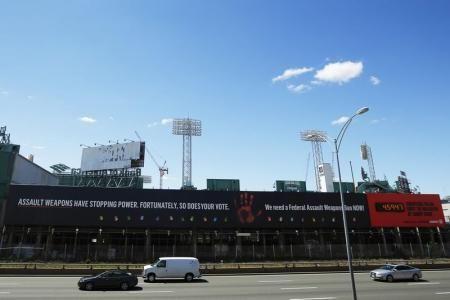 5月20日、米マサチューセッツ州ボストンの野球場「フェンウェイ・パーク」近くで約20年間掲げられてきた銃規制を訴える幅77メートルの名物看板が、来年撤去されることになった(2014年 ロイター/Brian Snyder) ▼21May2014Reuters|銃規制訴えた米ボストンの巨大名物看板、来年3月に撤去へ http://jp.reuters.com/article/oddlyEnoughNews/idJPKBN0E109720140521 #Fenway_Park