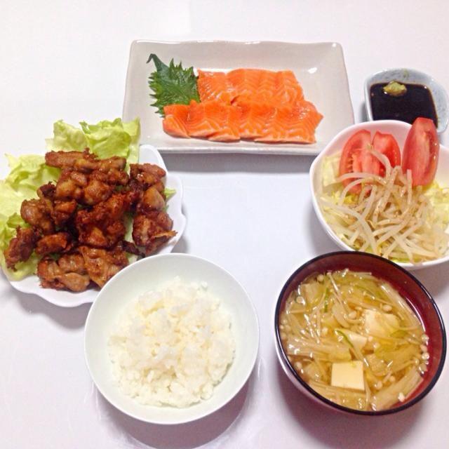 やっと作った❗️唐揚げ I Love 唐揚げ 初めてにしてはなかなか✨ もっと作るぞ - 2件のもぐもぐ - 初の唐揚げ、サーモンの刺身、サラダ、えのきと豆腐の味噌汁、ご飯 by kazukoarakOEk