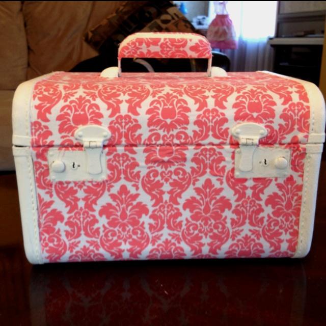 Modge Podge, acrylic paint, fabric and a vintage train case. =D