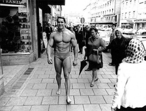 8. Арнольд Шварценеггер прогуливается по улицам Мюнхена, демонстрируя отличную физическую форму, чтобы стимулировать окружающих посещать спортзал