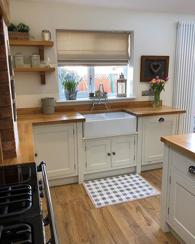 Happy Saturday! Here's to another day of gorgeous Spring Sunshine ☀️ First coat free day here yesterday ☀️ #kitchen #kitchens #kitcheninspoweek #kitchenideas #kitcheninspo #kitcheninspiration #interior #interiors #interior123 #interiorlove #interiorinspo #interiordesign #interior2you #interiorblogger #interiorblog #home #homedecor #homerenovation #homereno #homerenoideas #myhome #instahome #instahomedecor #instahomedesign #countrykitchen #shakerkitchen #kitchenisland #kitchensink