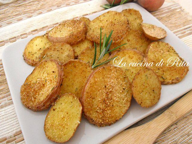 E se preparassimo le patate gratinate in forno? Croccantissime con la loro crosticina di pan grattato e velocissime da cuocere...appena 15 minuti!