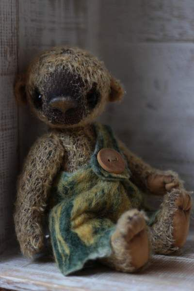 Udo By Anzhelika Costin - Teddy bear Udo approx 22 cm.The clothing is felt.100% handmadeSew original patternUnique / exclusive!Sparse - mohairPaw fabric (hands and feet)Filled with washable craft cotton and the glass granulate.Glass eyesJoint d...