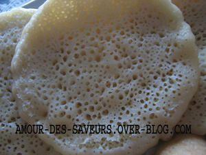 Les crèpes libanaises ou Atayefs sont à base d'une pâte sans oeufs et sans matière grasse, elles sont dorées d'une face et présentent d'innombrables trous sur la deuxième. Nous les dégustons essentiellement le jour du mardi gras et pendant le ramadan....
