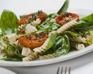 Salade de pâtes aux épinards, tomates séchées et féta : http://www.fourchette-et-bikini.fr/recettes/recettes-minceur/salade-de-pates-aux-epinards-tomates-sechees-et-feta.html