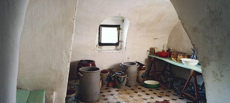 Inmaakpotten in een boerenkelder van vroeger