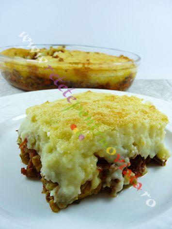 Reteta de musaca cu piure de cartofi, carne tocata de vitel si de porc si 2 straturi de legume (vinete, dovlecei, morcovi).