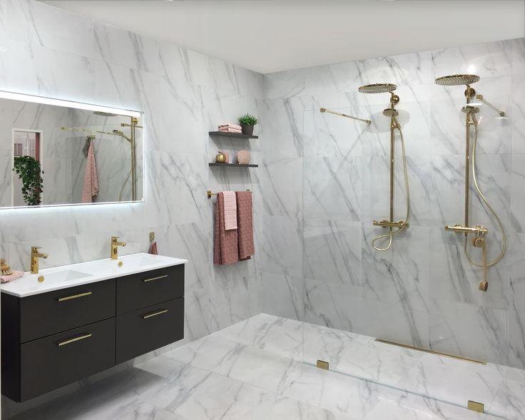 Grace Walk in dusch med beslag och duschset i guld. Möbelserie Soul 1200 mm med lådfront plain varmgrå och tvättställ Slim i porslin.