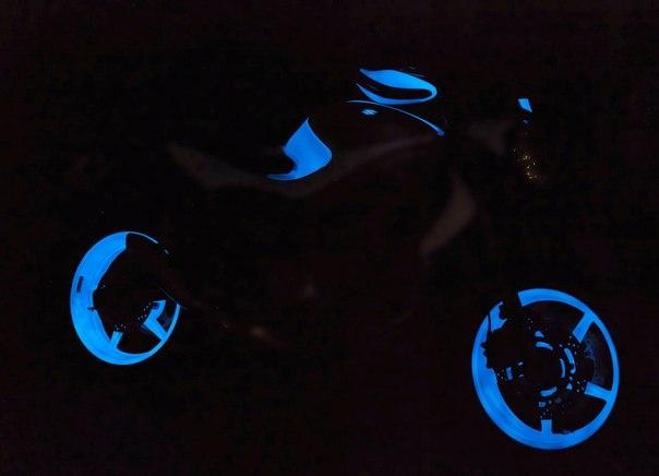 Una nueva opción de tuning para su moto. No necesita batería ni electricidad para iluminarla y transformar en algo único.