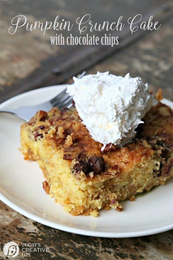 Calabaza Crunch Torta con las virutas de chocolate |  Este es un clásico de otoño!  Tal vez usted lo llama pastel de calabaza volcado?  Tan fácil de hacer, y lleno de ese sabor pastel de calabaza!  Haga clic en la foto para ver la receta.  La vida creativa de hoy
