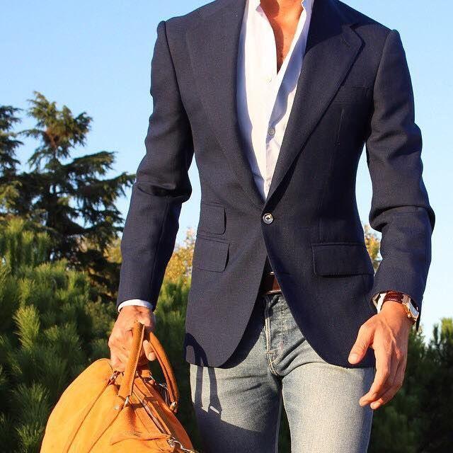 Blazer à un bouton porté sur une chemise blanche et avec un jeans délavé, sac de…