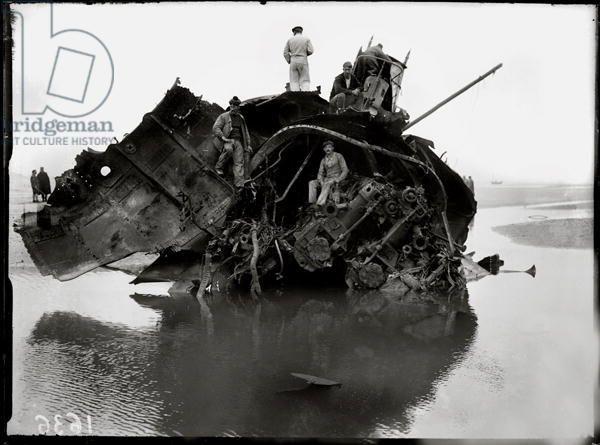 German Submarine lying high and dry at Wissant, 1917 (b/w photo), Moreau, Jacques (b.1887) / Archives Larousse, Paris, France / Giraudon / Bridgeman Images
