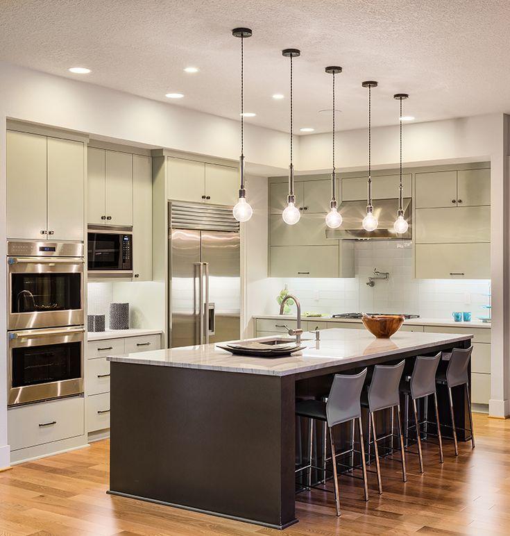 Los mesones grandes permiten que se haga un mejor uso del espacio y se puedan utilizar para fines ajenos al arte de cocinar.#decoracion #cocinas #diseño #modernidad #decorar