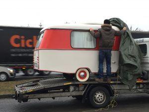 """Pucki wird """"enthüllt""""  Nach 6 Monaten Restaurierung ist es soweit: der kleine Eriba Puck Oldtimer-Wohnwagen darf nach hause :-)"""