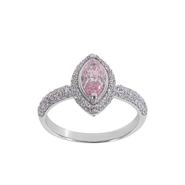 A gyémánt gyűrű központi köve egy elbűvölő 0,70 ct karátos fancy élénk rózsaszín gyémánt. A 14 karátos fehér arany gyűrű oldalán levő fehér gyémántok összesen 0,48 karátosak.